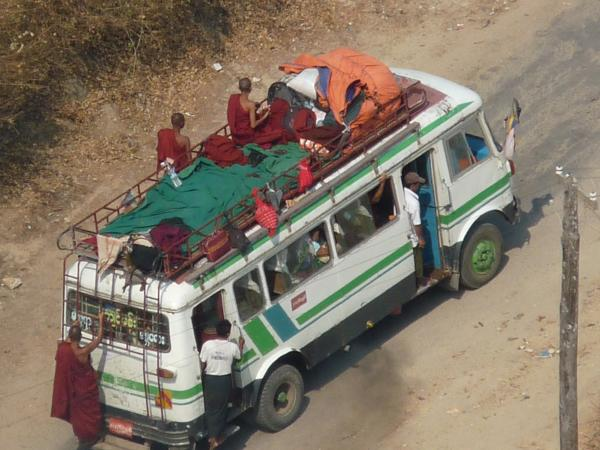 Birmanie - Mont Popa : Bus de pèlerins