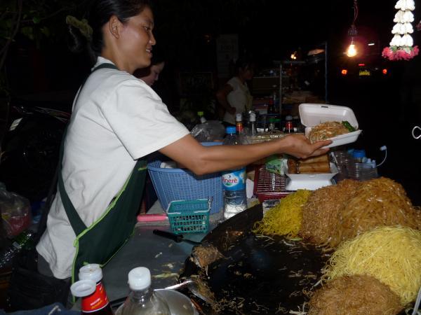 Thaïlande - Bangkok : Notre vendeuse de Pat Thaï préférée
