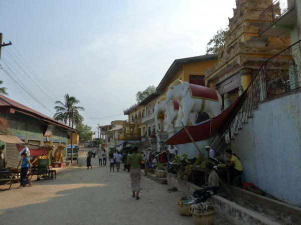 Birmanie - Mont Popa : Village au pied du Taungkalat
