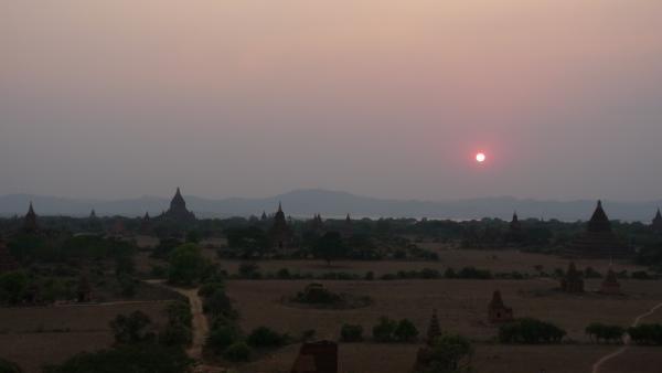 Birmanie - Bagan : Coucher de soleil sur la plaine de Bagan