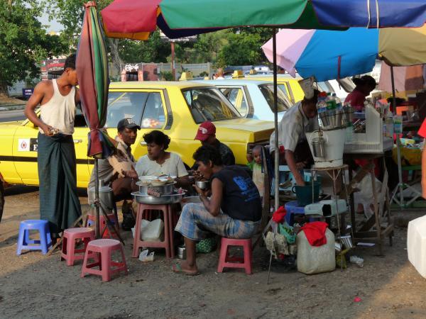 Birmanie - Rangoon : Gargote de rue