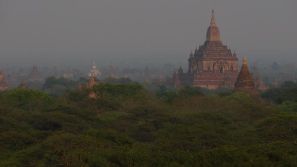 Birmanie - Bagan : Plaine de Bagan et Temple d'Htilominlo