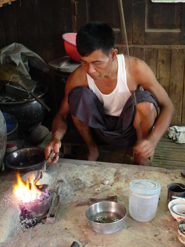 Birmanie - Lac Inle : Atelier d'orfèvrerie