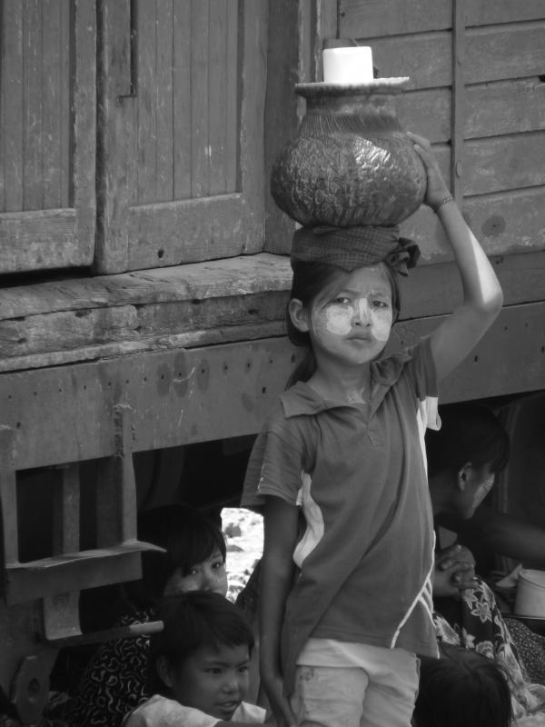 Birmanie - Kalaw : Petite vendeuse