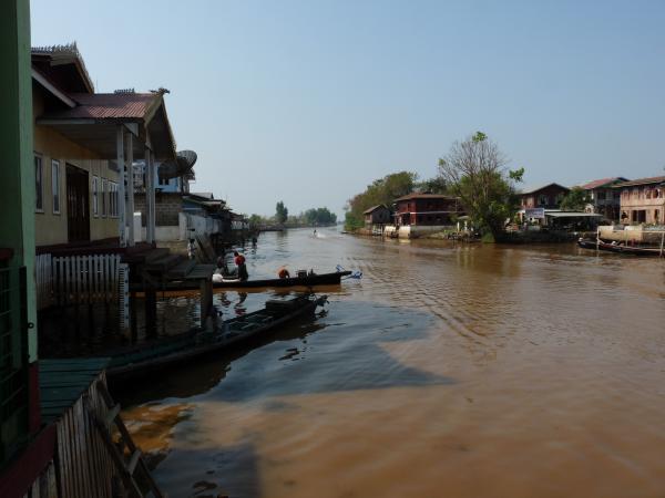 Birmanie - Village de Nyaungshwe : Canal menant au Lac Inle